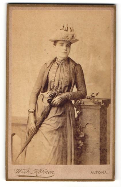 Fotografie Wilhelm Köhnen, Hamburg-Altona, junge Dame mit Schirm und Hut