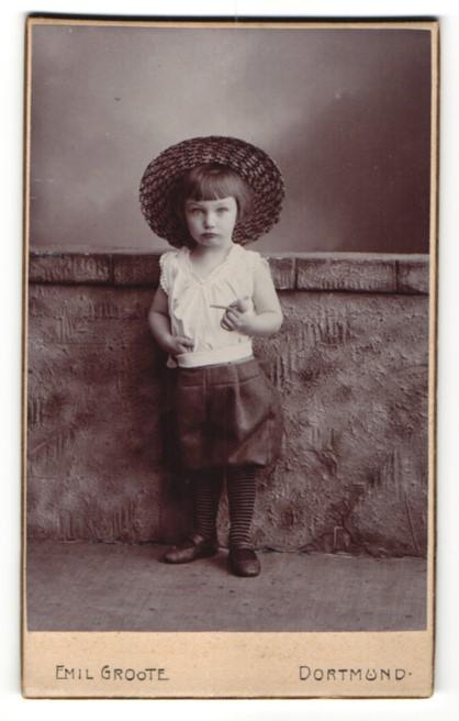 Fotografie Emil Groote, Dortmund, niedliches Mädchen mit Pfeife und Hut
