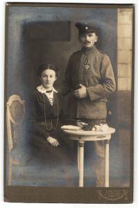 Fotografie Atelier Strube, Löbau i.S., Deutscher Soldat in Feldgrau mit Orden Eisernes Kreuz