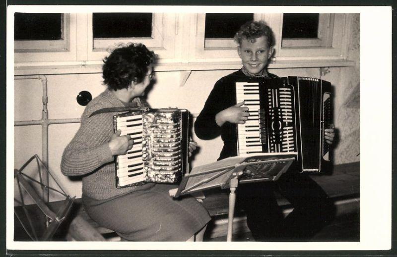 Fotografie Dame und Knabe spielen Akkordeon im Duett