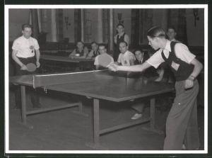 Fotografie Tischtennis, Burschen im Spiel, Szene beim Aufschlag