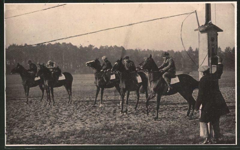 Fotografie Pferderennen, Jockey's zu Pferd an der Startmaschine