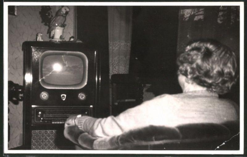 Fotografie TV-Gerät, Hausfrau vor Ferseh-Apparat sitzend