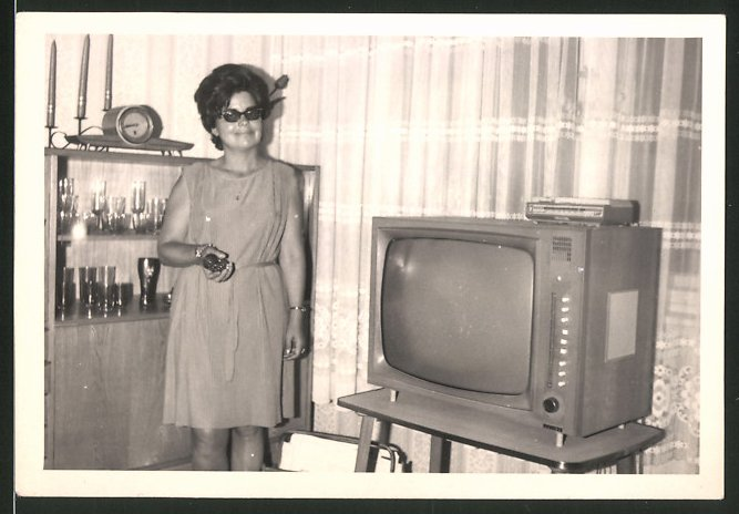 Fotografie TV-Gerät, stolze Hausfrau neben Fersehapparat stehend