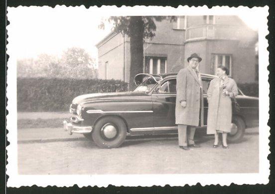 Fotografie Auto, Paar neben Limousine stehend