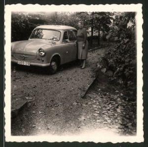 Fotografie Auto Trabant 600, Hausfrau neben PKW stehend
