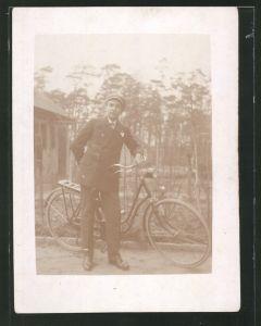 Fotografie Fahrrad, Bursche im Anzug mit Fahrrad, Velo
