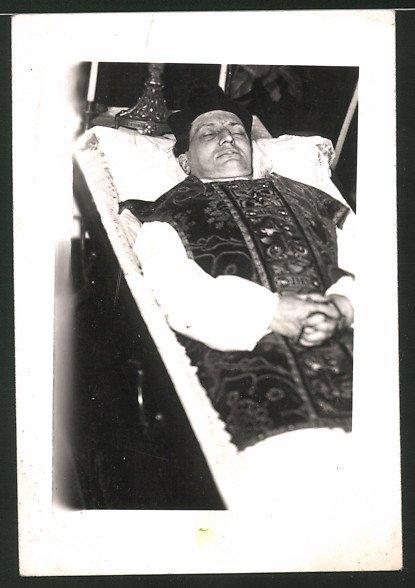 Fotografie Post Mortem, Verstorbener zur Trauerfeier aufgebahrt