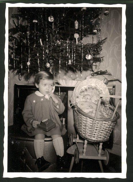 Fotografie Weihnachten, Mädchen mit Spielzeug-Telefon, Puppe und Puppenwagen
