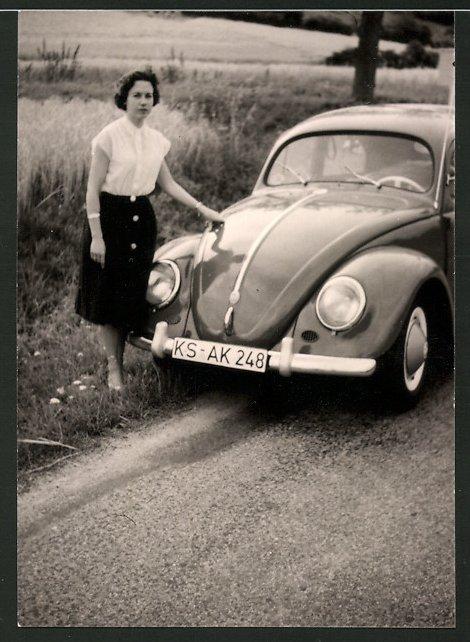 Fotografie Auto VW Käfer, junge Dame neben Volkswagen PKW stehend