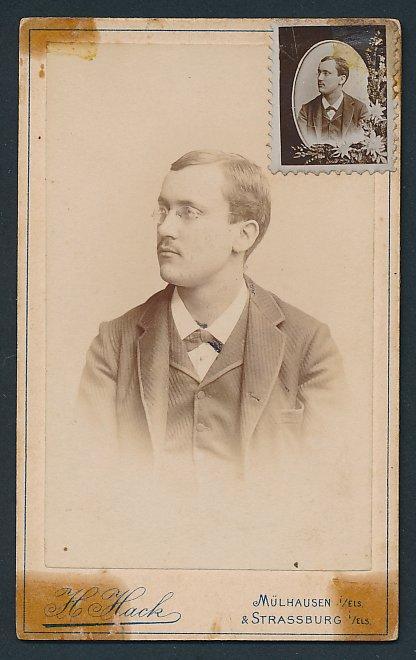 Fotografie H. Hack, Mülhausen / Elsass, Portrait junger Mann mit Brille & Portrait im Briefmarkenformat