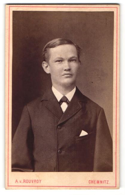 Fotografie A. v. Rouvroy, Chemnitz, Junger Mann im Anzug mit Krawatte
