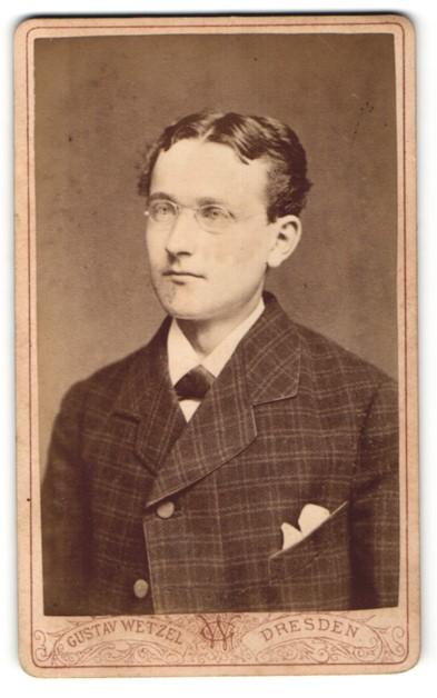 Fotografie Gustav Wetzel, Dresden, Junger Herr im Anzug mit Brille und Mittelscheitel
