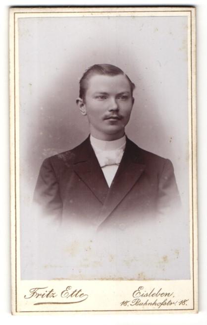 Fotografie Fritz Ette, Eisleben, Junger Herr mit Seitenscheitel im Anzug