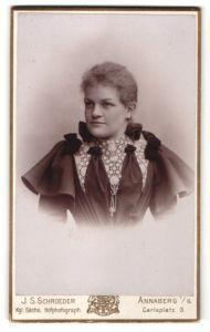 Fotografie J. S. Schroeder, Annaberg i/S, Portrait junge Frau mit zusammengebundenem Haar