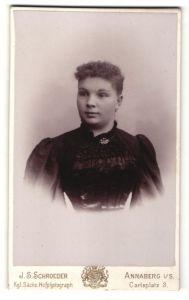 Fotografie J. S. Schroeder, Annaberg i/S, Portrait Fräulein mit zusammengebundenem Haar