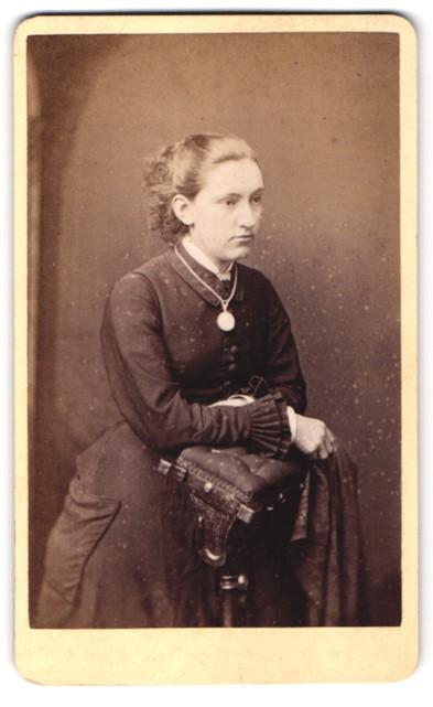 Fotografie J. R. Crosse, Whitchurch, Portrait Fräulein mit zusammengebundenem Haar