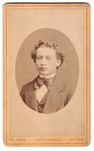 Fotografie W. Zink, Gotha, Portrait junger Mann mit zeitgenöss. Frisur