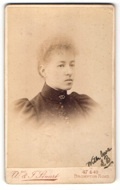 Fotografie W. & J. Stuart, London, Portrait junge Dame mit zusammengebundenem Haar