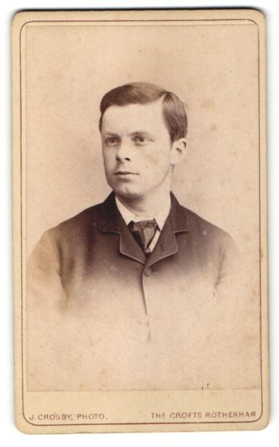Fotografie J. Crosby, Rotherham, Portrait junger Herr in Anzug