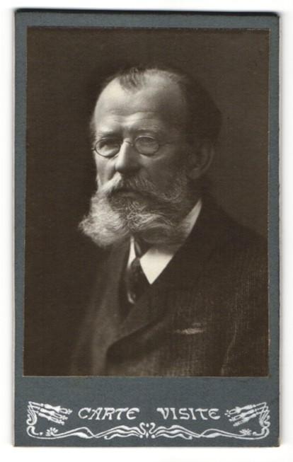 Fotografie unbekannter Fotograf und Ort, Portrait betagter Herr mit Bart und Brille