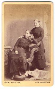 Fotografie Isaac Preston, High Harrogate, Portrait zwei junge Frauen in zeitgenöss. Kleidung