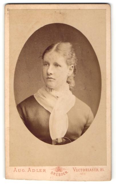 Fotografie Aug. Adler, Dresden, Portrait Fräulein mit zusammengebundenem Haar
