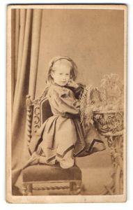 Fotografie Hills & Saunders, Oxford & Eton, Portrait kleines Mädchen in Kleid