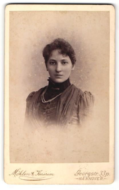 Fotografie Möhlen & Knirim, Hannover, Portrait junge Frau mit Perlenkette