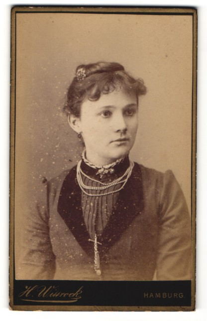 Fotografie H. Wittrock, Hamburg, Portrait hübsche junge Frau mit Perlenkette und Haarschmuck
