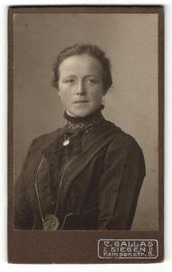 Fotografie C. Gallas, Siegen, Portrait junge Frau in edler Bluse