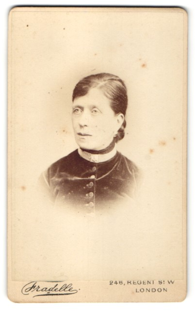 Fotografie Fradelle, London, Portrait Frau mit zusammengebundenem Haar