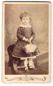 Fotografie J. S. Hazard, Clapham, Portrait Mädchen in festlicher Kleidung