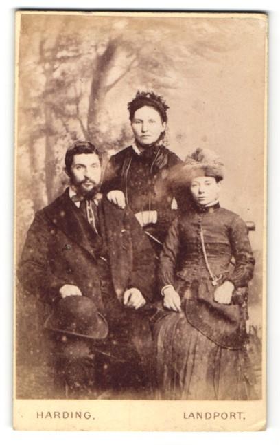 Fotografie Harding, Landport, Portrait junger Mann und zwei junge Damen