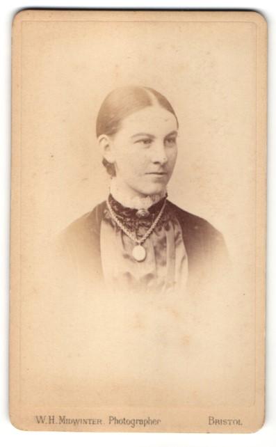 Fotografie W. H. Midwinter, Bristol, Portrait junge Frau mit zusammengebundenem Haar