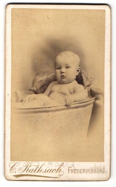 Fotografie C. Rathsach, Frederiksborg, Portrait Säugling in Zinkwanne