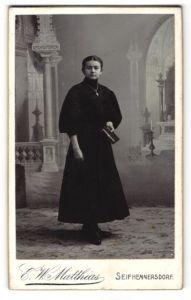 Fotografie E. W. Matthias, Seifhennersdorf, Portrait Mädchen in festlicher Kleidung