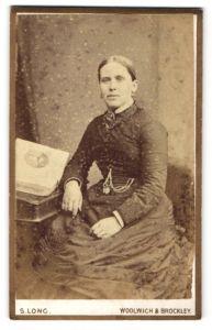 Fotografie S. Long, Woolwich & Brockley, Dame mittleren alters im Kleid mit Schmuck
