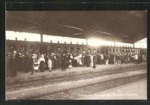 AK Lausanne, Passage des Evacués Francais, französ. Flüchtlinge am Bahnhof