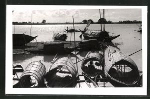 AK Bangladesch, Boote am Ufer