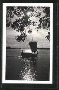 AK Bangladesch, Idyllischer Seeblick mit Fischerboot