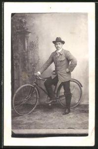 Foto-AK Mann mit Hut und Fahrrad