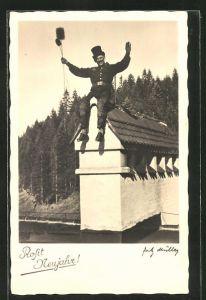 Foto-AK Schornsteinfeger auf dem Dach bei Tag, Neujahrsgruss