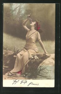 Foto-AK Atelier Reutlinger, Paris: Portrait einer Dame in altgriechischer Kleidung mit Weintrauben