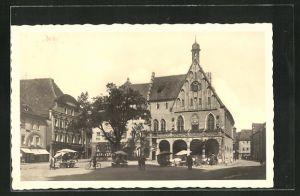 AK Amberg, Ortspartie mit Blick auf das Rathaus mit Passanten, Verkaufsständen und Fahrrädern
