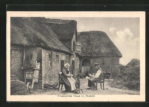 AK Niebüll, Partie am Friesischen Haus mit Bauersfrau an der Spindel und ihrem Zeitung lesenden Mann