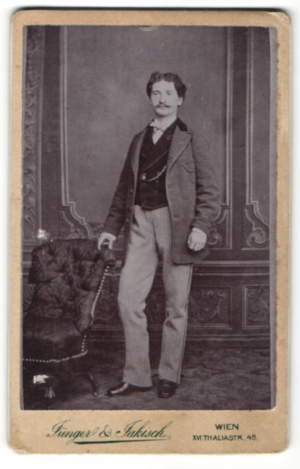 Fotografie Jünger & Jakisch, Wien, Portrait junger Mann in zeitgenöss. Kleidung