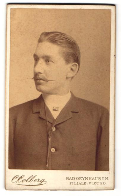 Fotografie C. Colberg, Bad Oeynhausen, Portrait junger Mann mit zurückgekämmtem Haar
