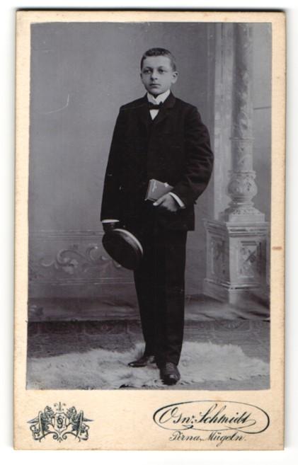 Fotografie Osw. Schmidt, Pirna & Mügeln, Portrait Knabe in festlichem Anzug