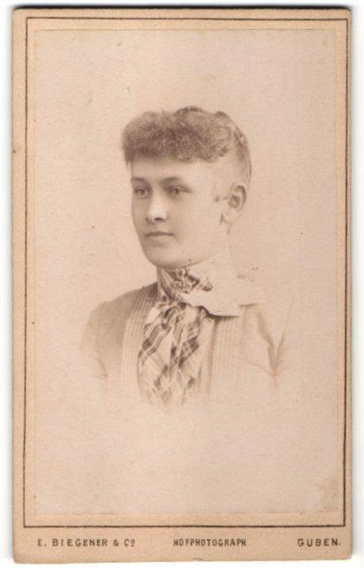 Fotografie E. Biegener & Co., Guben, Portrait junge Frau mit zusammengebundenem Haar